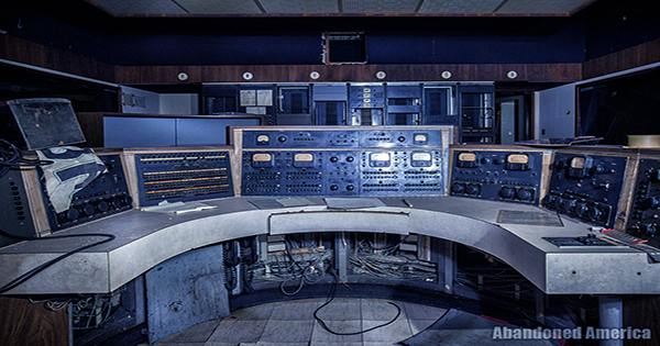 Explorers Found Their Way Into The Abandoned UVB-76 Numbers Station, This Is What They Saw